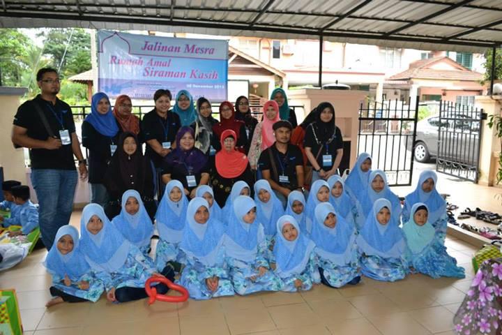 Rumah amal siraman kasih - bergambar bersama pelajar perempuan