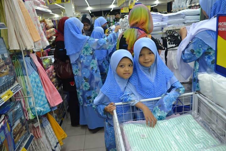 Rumah amal siraman kasih - shopping kelengkapan sekolah 2