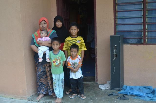 foto_bersama_keluarga_penerima_sumbangan