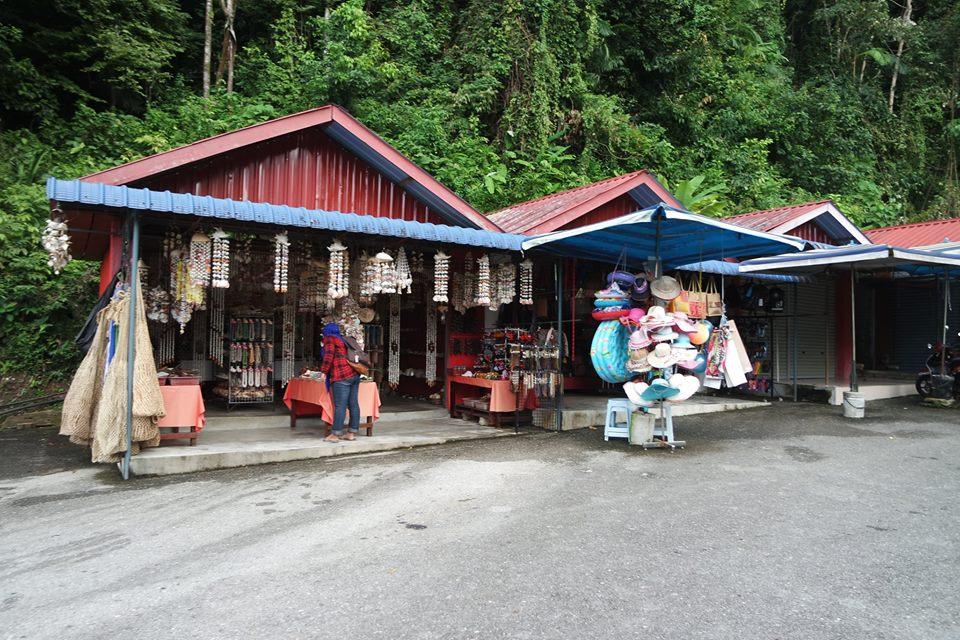 tempat-shopping-durian-perangin-waterfall